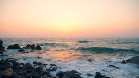 Ηλιοβασίλεμα waterscape και η θάλασσα με τα foamy κύματα απόθεμα βίντεο