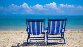 Ηλιοθεραπεία των κρεβατιών στην παραλία άμμου στοκ φωτογραφία με δικαίωμα ελεύθερης χρήσης