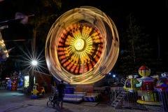 ΗΛΙΟΛΟΥΣΤΗ ΠΑΡΑΛΙΑ, ΒΟΥΛΓΑΡΙΑ - 10 Σεπτεμβρίου 2017: Έλξη στο πάρκο Ιπποδρόμιο στην κίνηση τη νύχτα Μια μακριά φωτογραφία έκθεσης Στοκ Φωτογραφίες