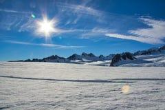 Ηλιοφάνεια και wispy σύννεφα πέρα από τον παγετώνα του Franz Josef στοκ φωτογραφία