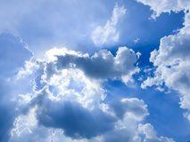 Ηλιοφάνεια πίσω από τη νεφελώδη κινητή φωτογραφία ουρανού στοκ φωτογραφία