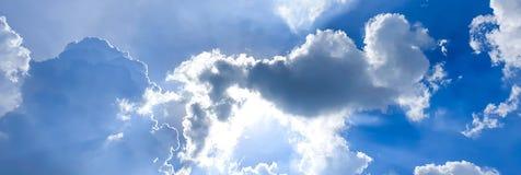 Ηλιοφάνεια πίσω από τη νεφελώδη κινητή φωτογραφία ουρανού στοκ εικόνες με δικαίωμα ελεύθερης χρήσης