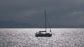 Ηλιοφώτιστη ήρεμη θάλασσα που διασχίζεται με την πλέοντας βάρκα με τους επιβάτες, θερινή αναψυχή φιλμ μικρού μήκους