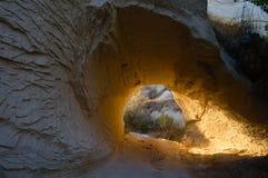 Ηλιοφώτιστος τρόπος κάτω από το δύσκολο βουνό στοκ φωτογραφίες με δικαίωμα ελεύθερης χρήσης