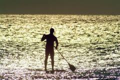 ηλιοφώτιστο ύδωρ κουπιών χαρτονιών Στοκ Φωτογραφίες
