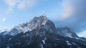 Ηλιόλουστα βουνά με τον ουρανό απόθεμα βίντεο