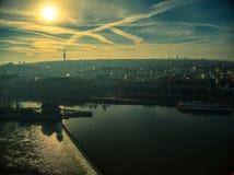 Ηλιόλουστα σύννεφα ουρανού άποψης της Πράγας κηφήνων ημέρας στοκ φωτογραφίες