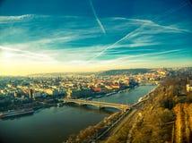 Ηλιόλουστα σύννεφα ουρανού άποψης της Πράγας κηφήνων ημέρας στοκ εικόνα με δικαίωμα ελεύθερης χρήσης