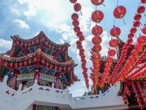 Ηλιόλουστη άποψη του ζωηρόχρωμου κινεζικού ναού στη Κουάλα Λουμπούρ, Μαλαισία στοκ φωτογραφία με δικαίωμα ελεύθερης χρήσης