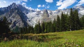 Ηλιόλουστη άποψη hyperlapce σε Matterhorn απόθεμα βίντεο