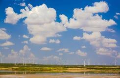 Ηλιόλουστη αιολική ενέργεια Κίνα λιμνών σύννεφων Στοκ φωτογραφίες με δικαίωμα ελεύθερης χρήσης