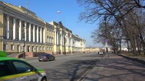 Ηλιόλουστη ημέρα Απριλίου στην οικοδόμηση του Συνταγματικού Δικαστηρίου της Ρωσίας Πετρούπολη Άγιος φιλμ μικρού μήκους