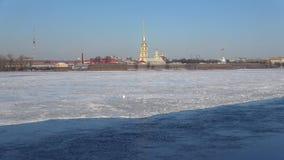Ηλιόλουστη ημέρα Απριλίου στον ποταμό Neva Άποψη του Peter και του φρουρίου του Paul, Άγιος Πετρούπολη απόθεμα βίντεο
