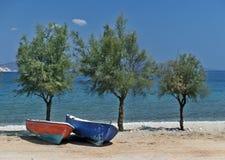 Ηλιόλουστη ημέρα, 2 βάρκες & 3 threes στοκ εικόνα