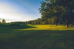Ηλιόλουστη ημέρα στο γήπεδο του γκολφ στοκ φωτογραφίες