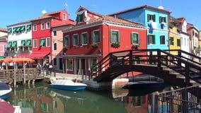 Ηλιόλουστη ημέρα στο ζωηρόχρωμο νησί Burano Βενετία, Ιταλία απόθεμα βίντεο