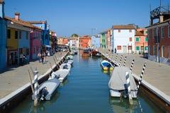 Ηλιόλουστη ημέρα στο κεντρικό κανάλι του νησιού Burano Ιταλία Βενετία Στοκ φωτογραφία με δικαίωμα ελεύθερης χρήσης