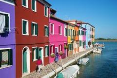 Ηλιόλουστη ημέρα στο πολύχρωμο νησί Burano Ιταλία Βενετία Στοκ φωτογραφία με δικαίωμα ελεύθερης χρήσης