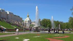 Ηλιόλουστη ημέρα στο χαμηλότερο πάρκο Peterhof, Άγιος Πετρούπολη απόθεμα βίντεο