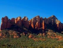 Ηλιόλουστη ημέρα Sedona: Κόκκινοι βράχοι και μπλε ουρανοί στοκ φωτογραφία