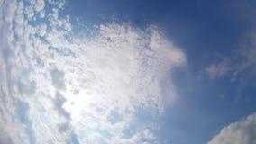 Ηλιόλουστος μπλε ουρανός, άσπρα σύννεφα φύσης timelapse απόθεμα βίντεο