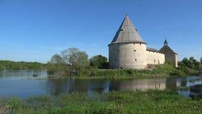 Ηλιόλουστος μπορέστε ημέρα στο αρχαίο φρούριο Παλαιό Ladoga, Ρωσία φιλμ μικρού μήκους
