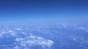 Ηλιόλουστος ουρανός και χνουδωτή άποψη σύννεφων από το αεροπλάνο παραθύρων Άποψη από τα πετώντας αεροσκάφη για να καθαρίσει το μπ φιλμ μικρού μήκους