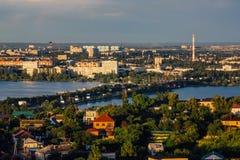 Ηλιόλουστο καλοκαίρι Voronezh, εναέρια άποψη βραδιού Υδραγωγείο Voronezh, γέφυρα, παλαιά και σύγχρονα κτήρια Στοκ Φωτογραφία