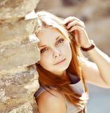 Ηλιόλουστο νέο κορίτσι Στοκ εικόνες με δικαίωμα ελεύθερης χρήσης