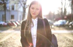 Ηλιόλουστο πορτρέτο ενός όμορφου ξανθομάλλους κοριτσιού της σλαβικής εμφάνισης μακρυμάλλης, ηλιοφάνεια στοκ εικόνα