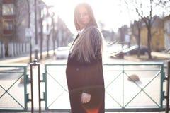Ηλιόλουστο πορτρέτο ενός όμορφου ξανθομάλλους κοριτσιού της σλαβικής εμφάνισης μακρυμάλλης, ηλιοφάνεια στοκ εικόνα με δικαίωμα ελεύθερης χρήσης