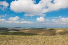 Ηλιόλουστο τοπίο στα βουνά στοκ φωτογραφίες