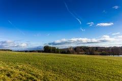 Ηλιόλουστο τοπίο φθινοπώρου στο θυελλώδη καιρό Στοκ εικόνες με δικαίωμα ελεύθερης χρήσης