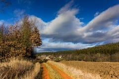 Ηλιόλουστο τοπίο φθινοπώρου στο θυελλώδη καιρό Στοκ Φωτογραφία