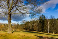 Ηλιόλουστο τοπίο φθινοπώρου στο θυελλώδη καιρό Στοκ φωτογραφία με δικαίωμα ελεύθερης χρήσης