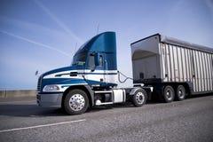 Ημέρας ημι φορτηγό εγκαταστάσεων γεώτρησης αμαξιών μεγάλο με το μαζικό ρυμουλκό που προχωρά κατ' ευθείαν Στοκ Εικόνες