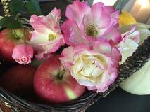 Ημέρας των ευχαριστιών επιτραπέζιων κεντρικών τεμαχίων τριαντάφυλλα και Apple καλαθιών φρέσκα Στοκ Εικόνες