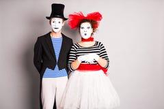 Ημέρα ανόητων ανδρών και γυναικών δύο mimes τον Απρίλιο στοκ εικόνες