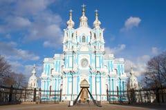 Ημέρα Απριλίου κινηματογραφήσεων σε πρώτο πλάνο καθεδρικών ναών Smolny Πετρούπολη Άγιος Στοκ Φωτογραφία