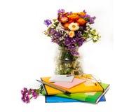 Ημέρα δασκάλων! (Ακόμα ζωή με τα λουλούδια φθινοπώρου, όχι Στοκ φωτογραφία με δικαίωμα ελεύθερης χρήσης