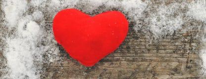 Ημέρα βαλεντίνου και σύνθεση αγάπης με την κόκκινη καρδιά βελούδου στο ξύλινο υπόβαθρο στο χιόνι υγιής τρόπος ζωής έννοιας στοκ εικόνα με δικαίωμα ελεύθερης χρήσης