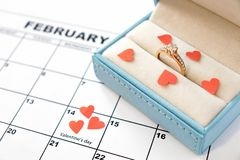 Ημέρα βαλεντίνου, στις 14 Φεβρουαρίου στο ημερολόγιο με τις κόκκινα καρδιές και το κιβώτιο δώρων στοκ φωτογραφία με δικαίωμα ελεύθερης χρήσης