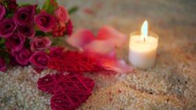 Ημέρα βαλεντίνων με την καρδιά διακοσμήσεων μήκους σε πόδηα, το κάψιμο κεριών και την ανθοδέσμη φιλμ μικρού μήκους