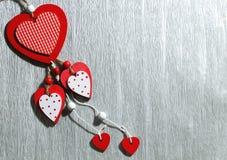 Ημέρα βαλεντίνων ` s, γάμος, αγάπη Άσπρος και κόκκινος φωτεινός ξύλινος ακούει Στοκ φωτογραφία με δικαίωμα ελεύθερης χρήσης