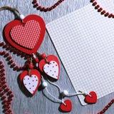 Ημέρα βαλεντίνων ` s, γάμος, αγάπη Άσπρος και κόκκινος φωτεινός ξύλινος ακούει Στοκ Εικόνες