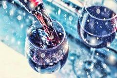 Ημέρα βαλεντίνων ` s, ημερομηνία, αγάπη, εορτασμός χύνοντας κόκκινο κρασί Κρασί σε ένα γυαλί, εκλεκτική εστίαση, θαμπάδα κινήσεων Στοκ εικόνα με δικαίωμα ελεύθερης χρήσης