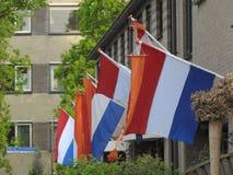 Ημέρα βασιλιάδων: ολλανδικές σημαίες στις οδούς μιας πόλης στην Ολλανδία στοκ φωτογραφίες