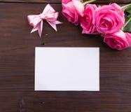 Ημέρα βαλεντίνου: Άσπρη κενή κάρτα εγγράφου, ρόδινα τριαντάφυλλα, και κορδέλλες τόξων Στοκ εικόνες με δικαίωμα ελεύθερης χρήσης