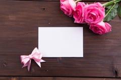 Ημέρα βαλεντίνου: Άσπρη κενή κάρτα εγγράφου, ρόδινα τριαντάφυλλα, και κορδέλλες τόξων Στοκ Εικόνα