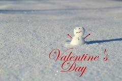 Ημέρα βαλεντίνου: Λίγος χιονάνθρωπος στο χιόνι έξω με το βραχίονα καρδιών στοκ φωτογραφίες με δικαίωμα ελεύθερης χρήσης